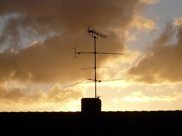 antenna home roof watch tv sky send transmitter by Pixabay user Hans